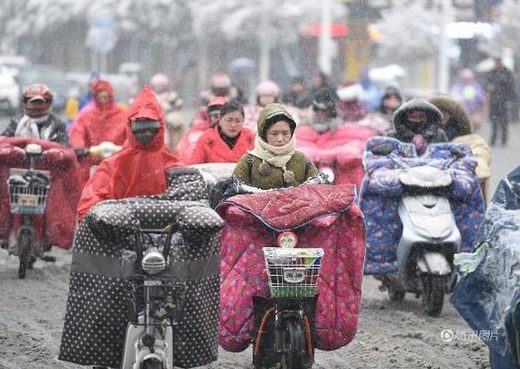 Chinese women struggle with cold, snow Jan 2018