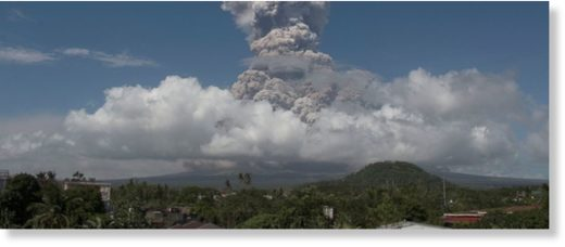 A huge column of ash shoots up to the sky during the eruption of Mayon volcano Monday, Jan. 22, 2018 as seen from Legazpi city, Albay province