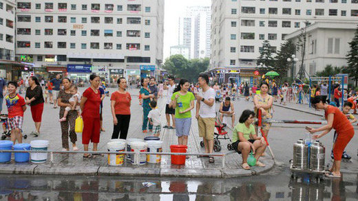 Hanoi people queueing for clean drinking water